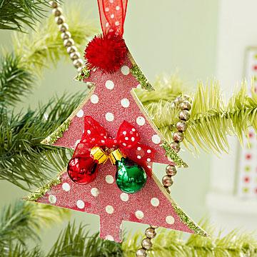 фигурные ножницы.  Делать интересные новогодние украшения из бумаги своими руками - проще, чем кажется.